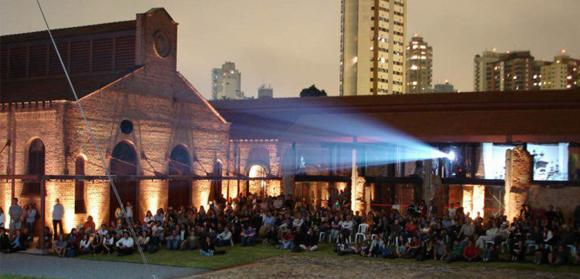 """Domingo no parque. A Cinemateca Brasileira promove exibição ao ar livre do indicado ao Oscar de melhor animação """"O Menino e Mundo"""""""